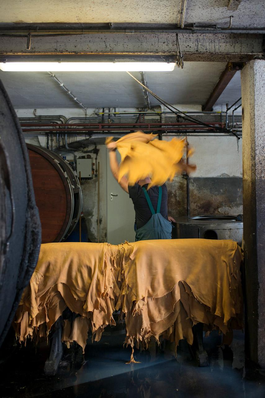 Ein Arbeiter bearbeitet das Leder